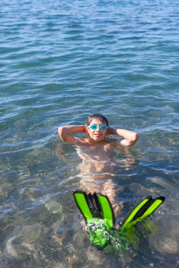 Szczęśliwy chłopiec dopłynięcie w morzu obrazy royalty free