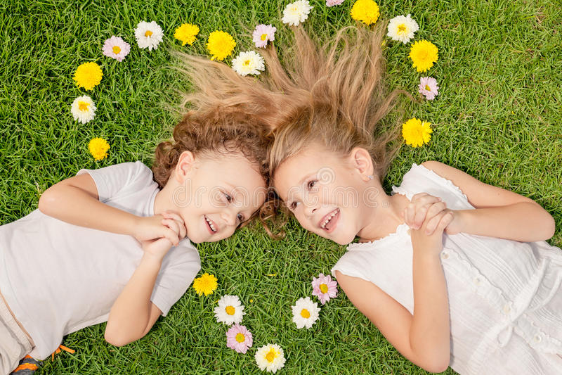Szczęśliwy chłopiec i dziewczyny lying on the beach na trawie obrazy royalty free