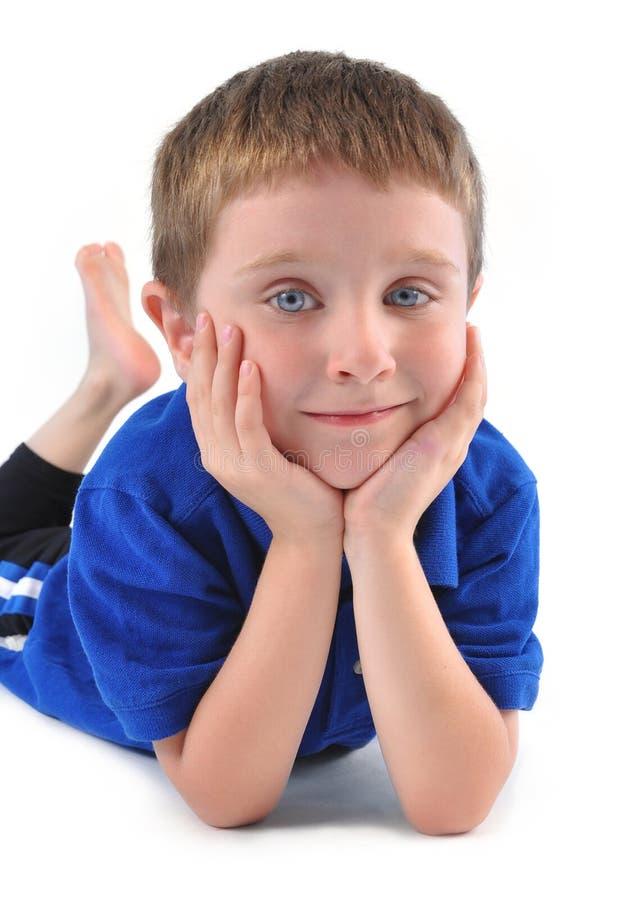 Szczęśliwy chłopiec obsiadanie na Białym tle obrazy royalty free