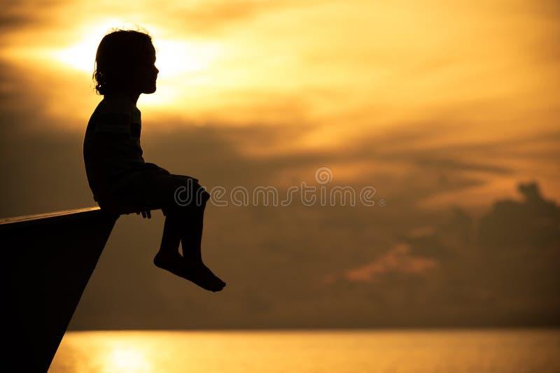 Szczęśliwy chłopiec obsiadanie na plaży obrazy royalty free