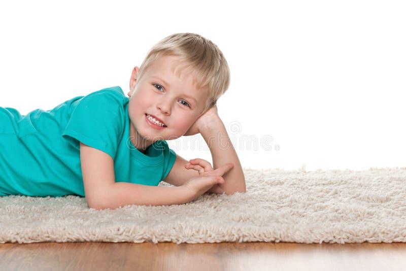 Download Szczęśliwy Chłopiec Odpoczywać Obraz Stock - Obraz złożonej z śliczny, rozochocony: 41951405