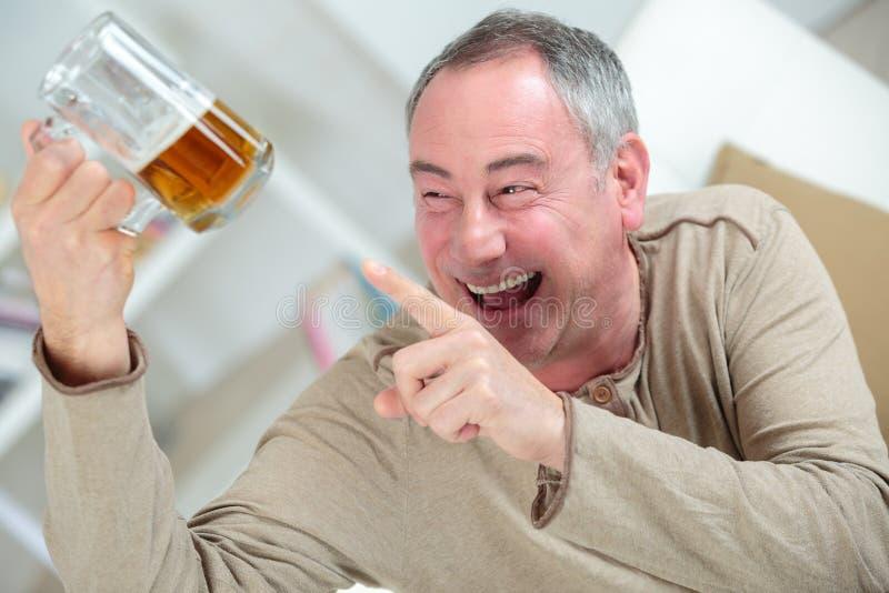 Szczęśliwy chmielny mężczyzna pije piwo obraz royalty free