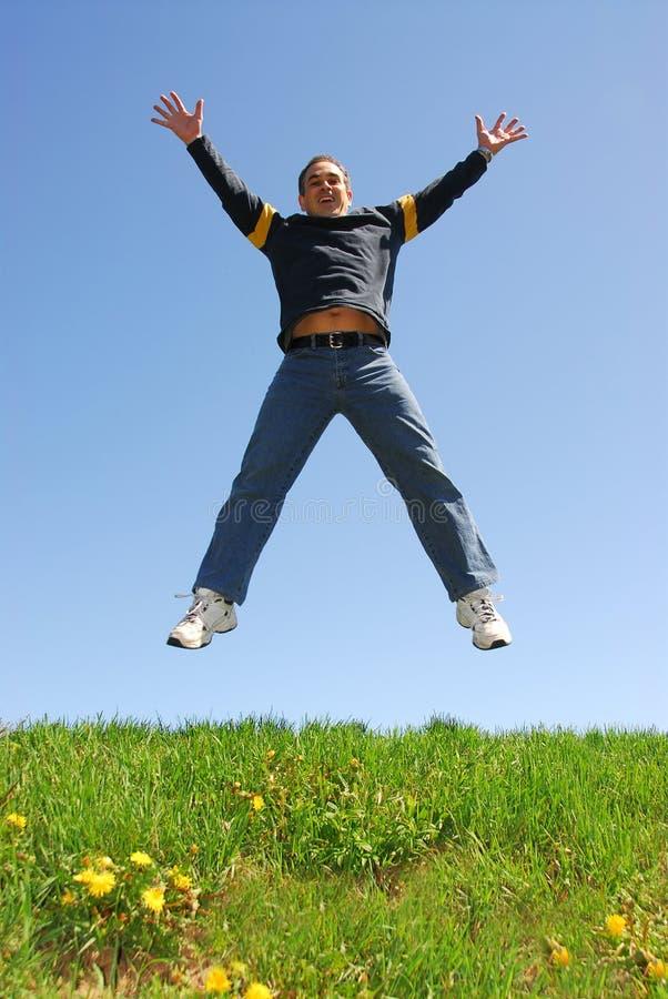 szczęśliwy człowiek jumping obrazy stock