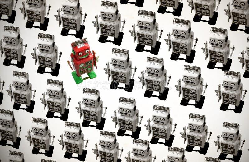 Szczęśliwy czerwony robot iść przeciw tłumowi tonującemu zdjęcia royalty free