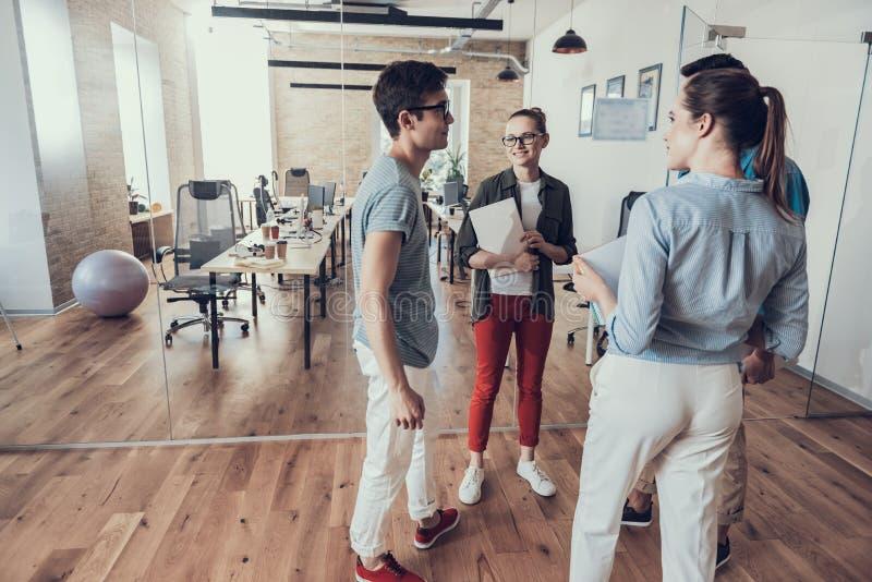 Szczęśliwy cztery coworkers opowiadają w workroom obrazy royalty free