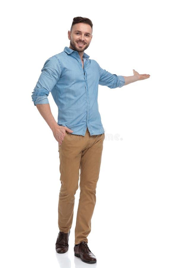 Szczęśliwy dżentelmen chodzący ręką w kieszeni witający szczęśliwie zdjęcia stock