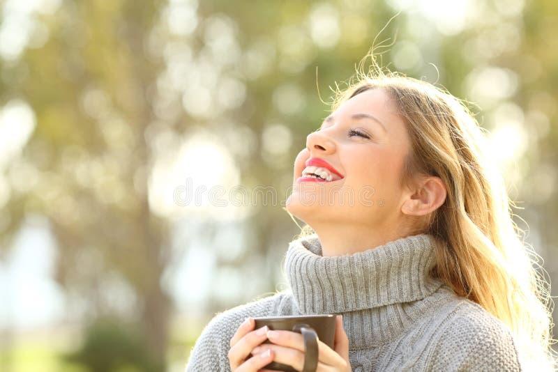 Szczęśliwy damy oddychania świeże powietrze w zimie zdjęcie royalty free