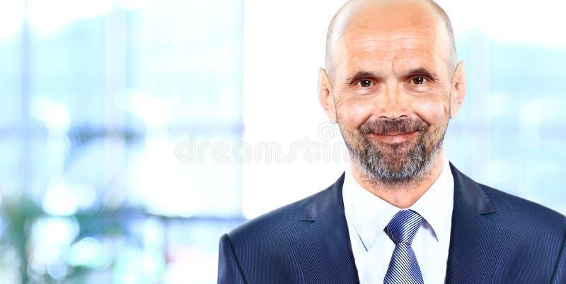 Szczęśliwy dojrzały biznesowy mężczyzna patrzeje kamerę zdjęcie stock