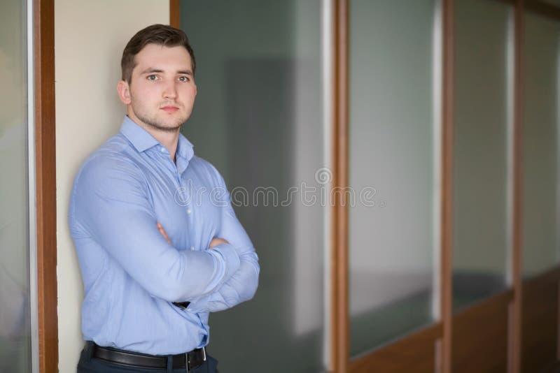 Szczęśliwy dojrzały biznesowy mężczyzna patrzeje kamerę z satysfakcją przy biurem fotografia stock