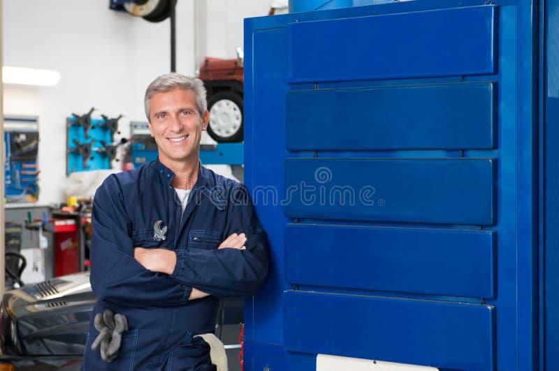 Szczęśliwy Dojrzały mechanik W garażu obrazy royalty free