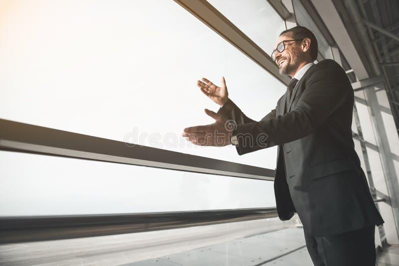 Szczęśliwy dojrzały przedsiębiorca wita jego współpracuje obraz stock