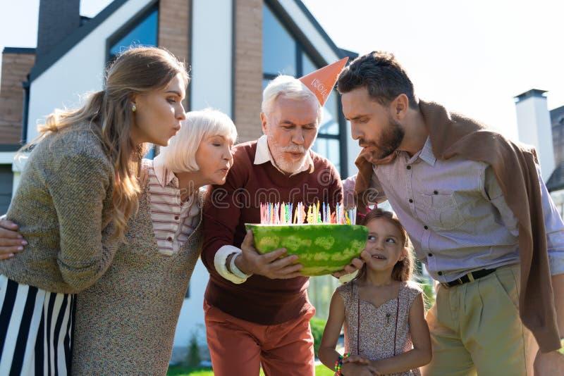 Szczęśliwy dorośleć mężczyzna świętuje jego urodziny z rodziną obraz stock