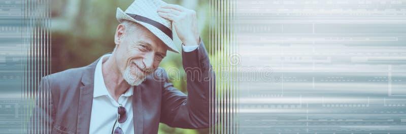 Szczęśliwy dorośleć mężczyzna jest ubranym kapelusz sztandar panoramiczny obrazy royalty free