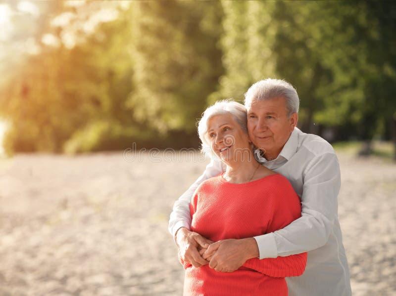 Szczęśliwy dorośleć pary na plażowym pobliskim parku obraz royalty free