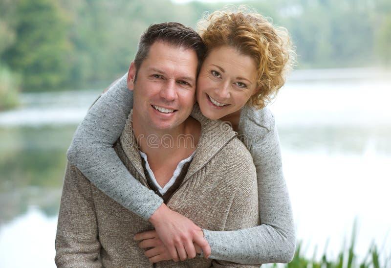 Szczęśliwy dorośleć pary ono uśmiecha się outdoors obraz royalty free