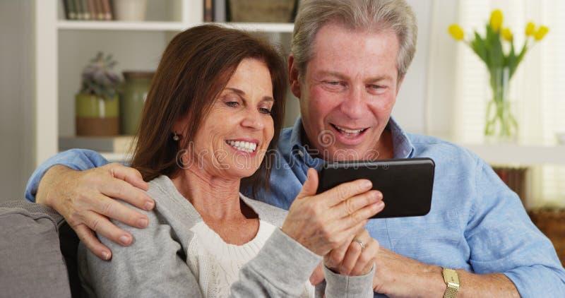Szczęśliwy dorośleć pary używa smartphone wpólnie fotografia royalty free