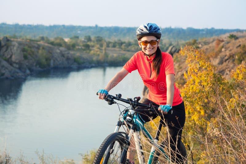 Szczęśliwy dorosłej kobiety cyklista zdjęcie royalty free