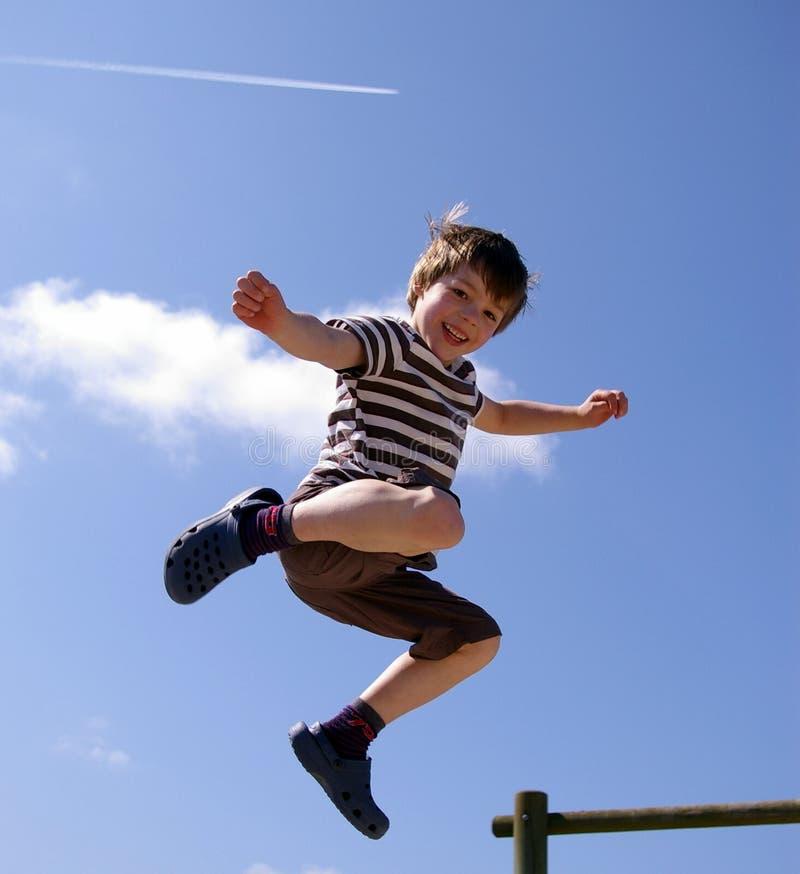 szczęśliwy doskakiwania dzieciaka ja target491_0_ zdjęcia royalty free