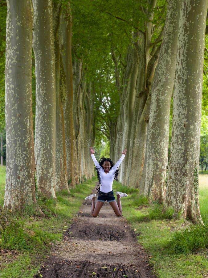 Szczęśliwy doskakiwanie w drewnach fotografia stock