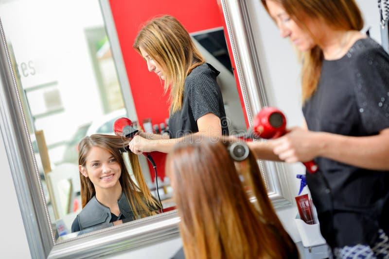 Szczęśliwy dostawać włosy robić zdjęcie royalty free