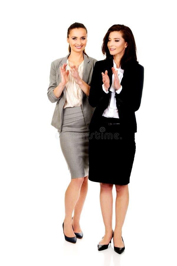 Szczęśliwy dwa bizneswomanów oklaskiwać fotografia royalty free