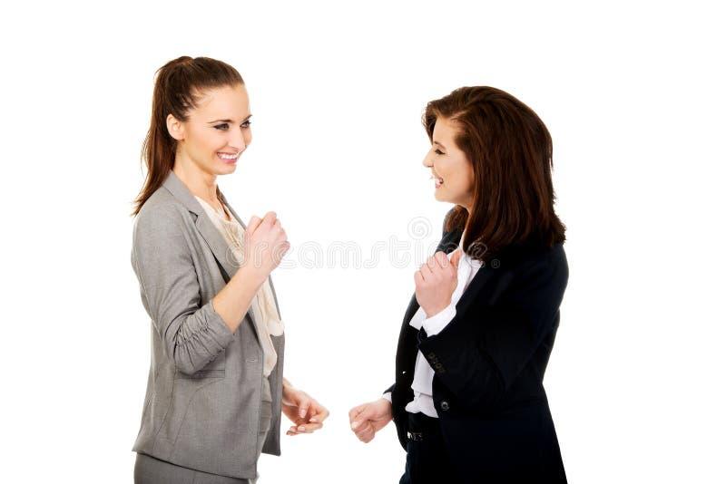 Szczęśliwy dwa bizneswomanu robi pięściom zdjęcia royalty free