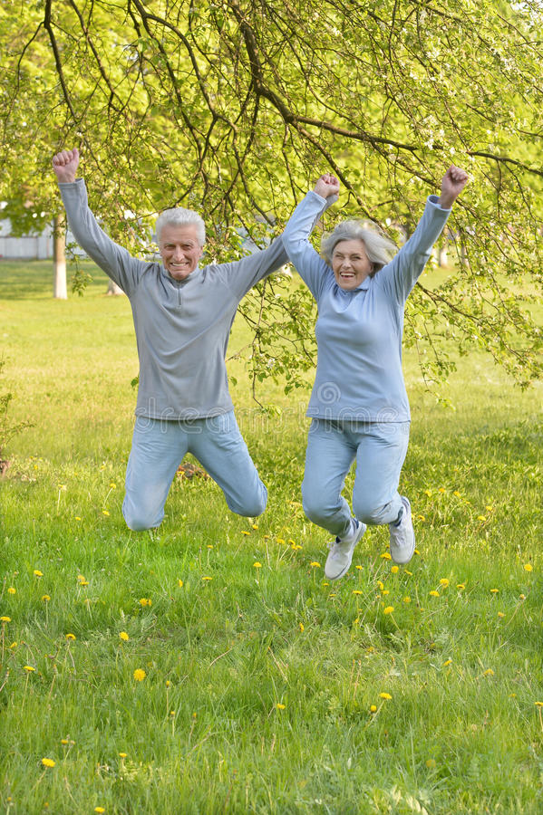 Szczęśliwy dysponowany starszy pary doskakiwanie obraz stock