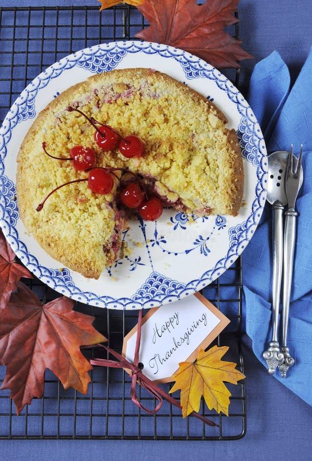 Szczęśliwy dziękczynienie stołu położenie z czereśniowym jabłkiem rozdrobni kulebiaka - vertical zdjęcia royalty free