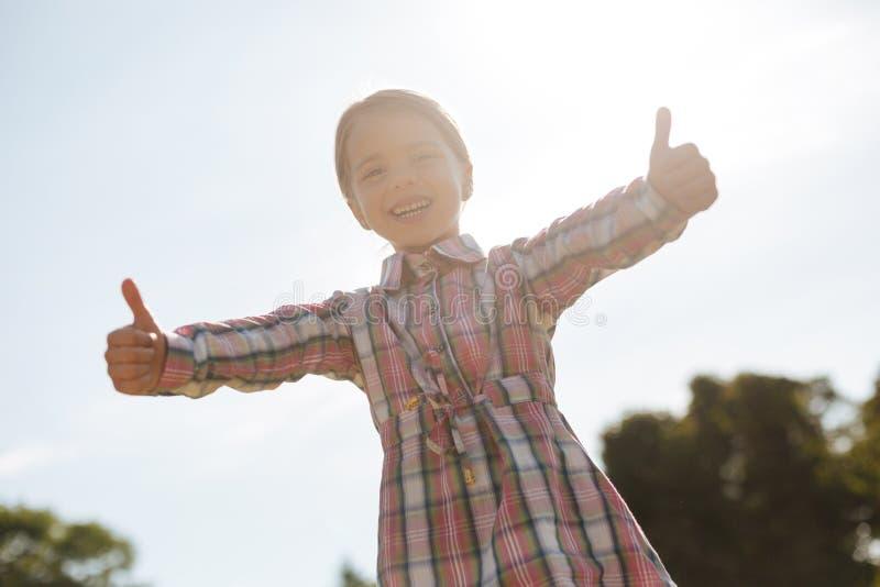 Szczęśliwy dzieciak aktywnie wyraża positivity zdjęcie royalty free