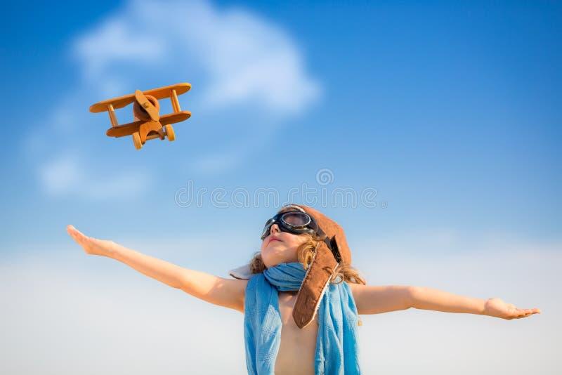 Szczęśliwy dzieciak bawić się z zabawkarskim samolotem zdjęcia royalty free