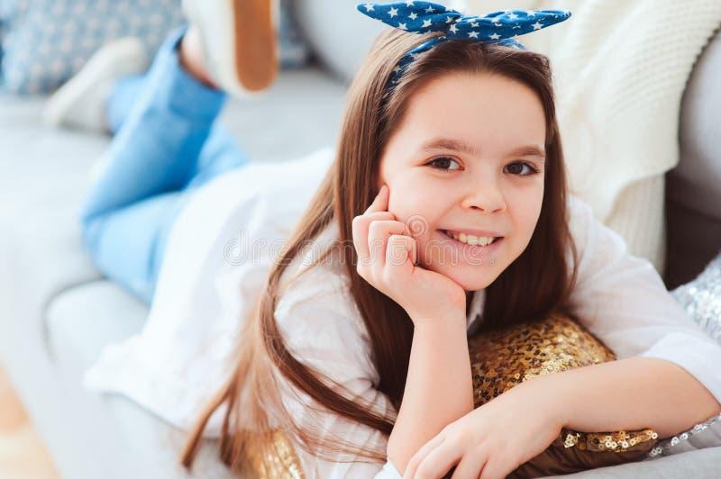 Szczęśliwy dzieciak dziewczyny zakończenie w górę portreta Preteen relaksuje w domu na wygodnej leżance zdjęcie royalty free