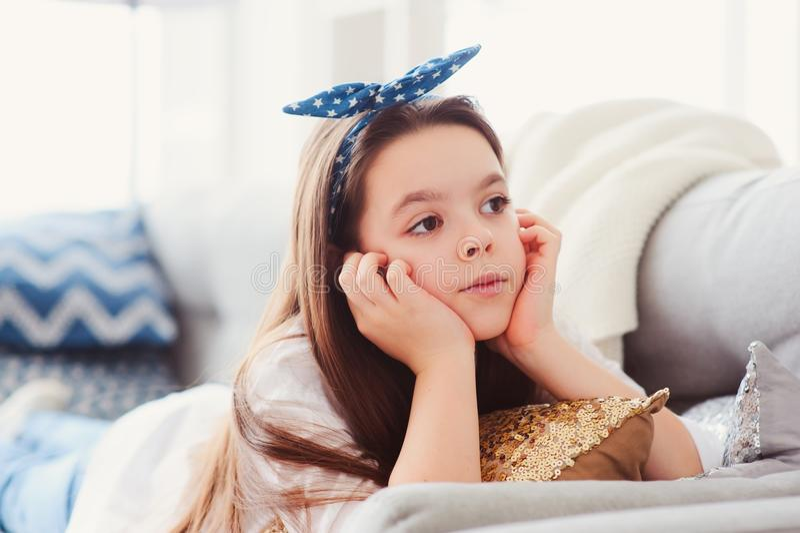 Szczęśliwy dzieciak dziewczyny zakończenie w górę portreta Preteen relaksuje w domu na wygodnej leżance obraz stock