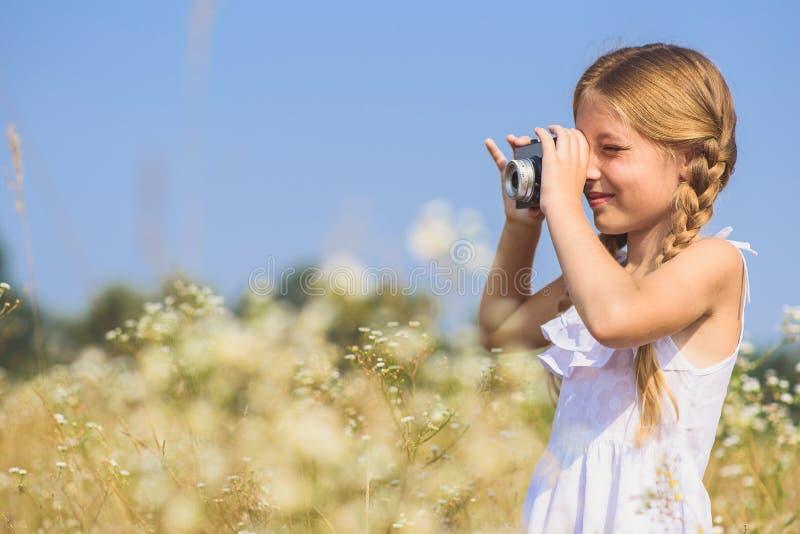 Szczęśliwy dzieciak fotografuje naturę na polu zdjęcie royalty free