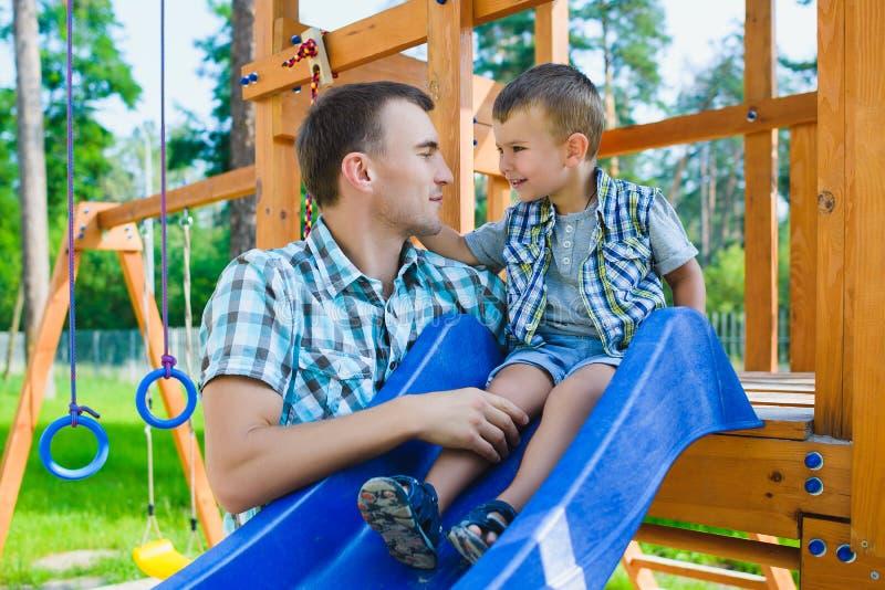 Szczęśliwy dzieciak i ojciec ma zabawę Dziecko z tata bawić się zdjęcia royalty free