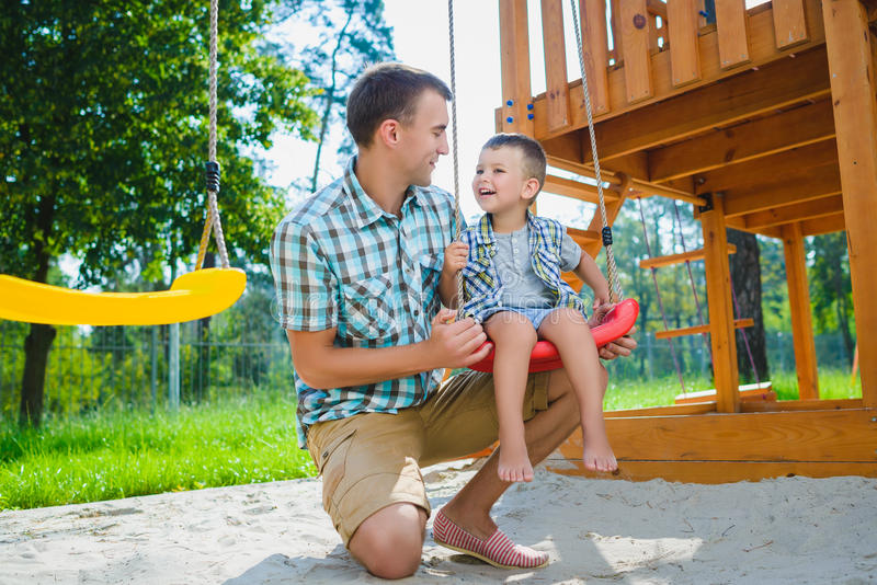 Szczęśliwy dzieciak i ojciec ma zabawę Dziecko z tata bawić się obrazy stock