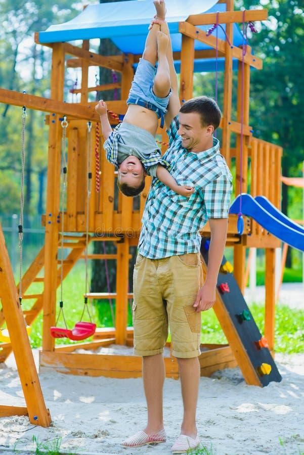 Szczęśliwy dzieciak i ojciec ma zabawę Dziecko z tata bawić się zdjęcie royalty free