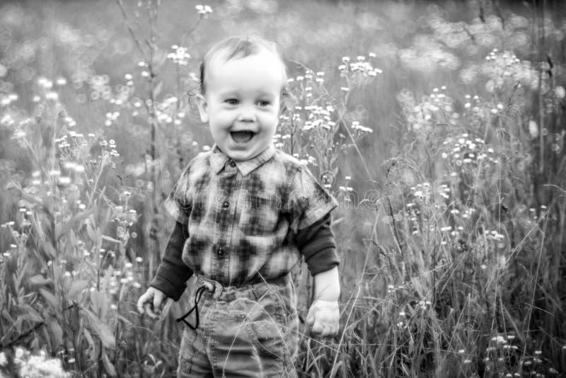 Szczęśliwy dzieciak krzyczy w dzikiej naturze zdjęcia royalty free