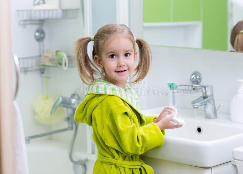 Szczęśliwy dzieciak lub dziecko szczotkuje zęby w łazience higiena jamy ustnej obraz stock