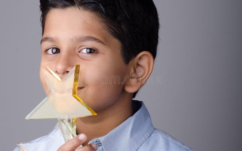 Szczęśliwy dzieciak lub uczeń z nagrodą obrazy royalty free