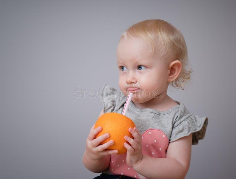 Szczęśliwy dzieciak pije owocowego sok fotografia royalty free