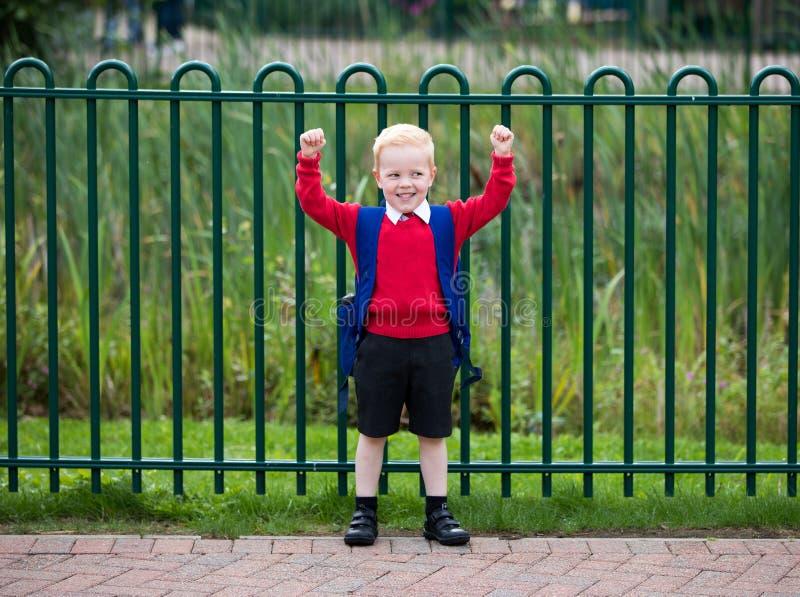 Szczęśliwy dzieciak siedzący na huśtawce fotografia stock