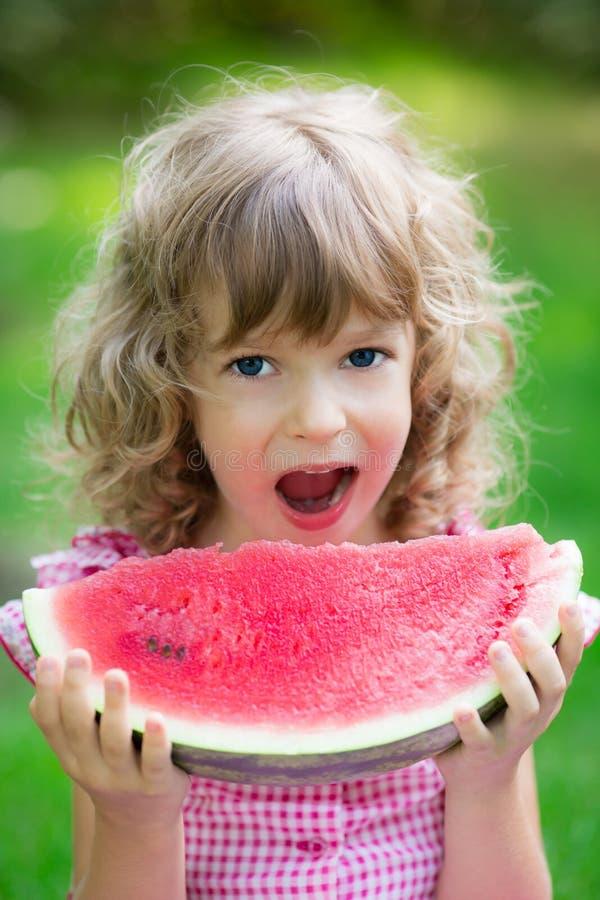 Szczęśliwy dziecka łasowania arbuz zdjęcie royalty free
