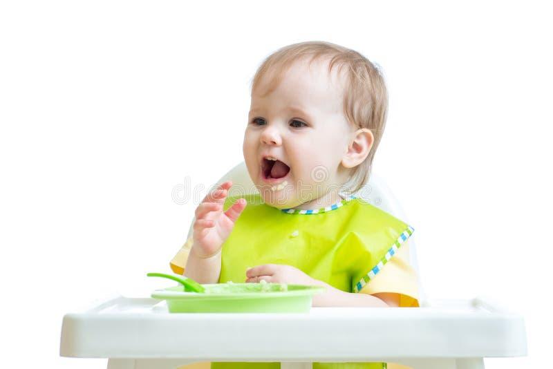 Szczęśliwy dziecka dziecka obsiadanie w krześle z łyżką zdjęcia stock
