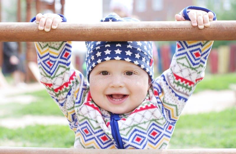Szczęśliwy dziecka mienie arywista na boisku obrazy royalty free