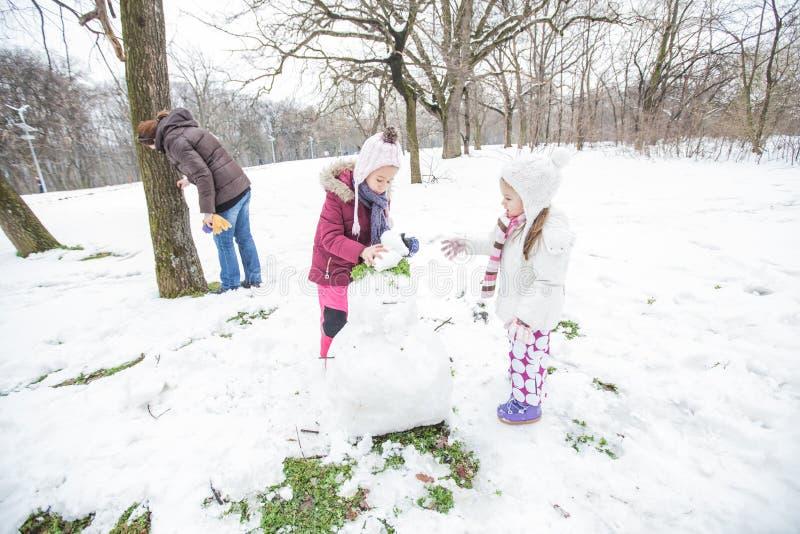 Szczęśliwy dziecko Bawić się Na śniegu W parku Przy zima dniem fotografia stock