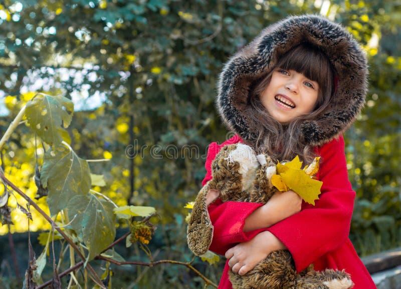 Szczęśliwy dziecko bawić się w jesień parku Dzieciaka zgromadzenia spadku żółty ulistnienie fotografia royalty free