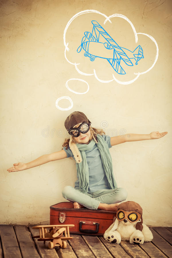 Szczęśliwy dziecko bawić się z zabawkarskim samolotem zdjęcia royalty free
