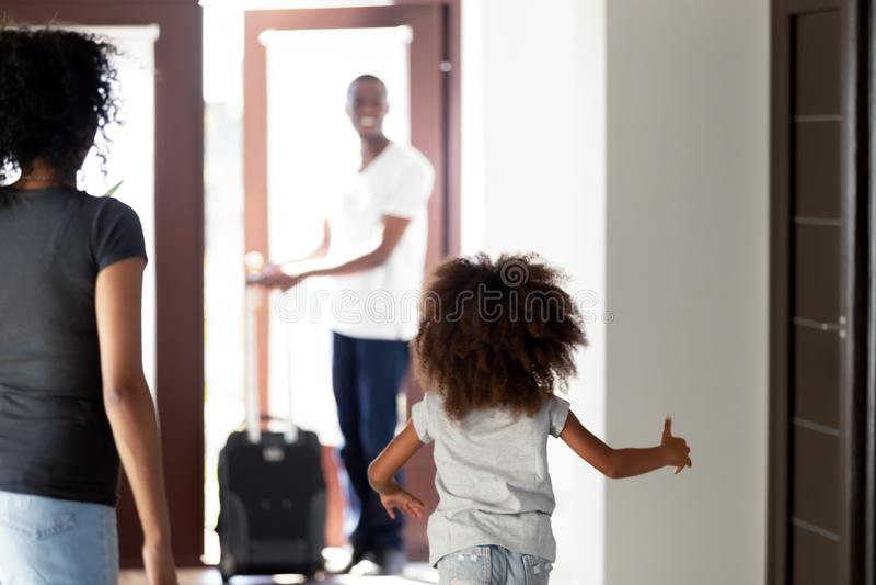 Szczęśliwy dziecko bieg spotykać afrykańskiego taty wraca do domu fotografia royalty free