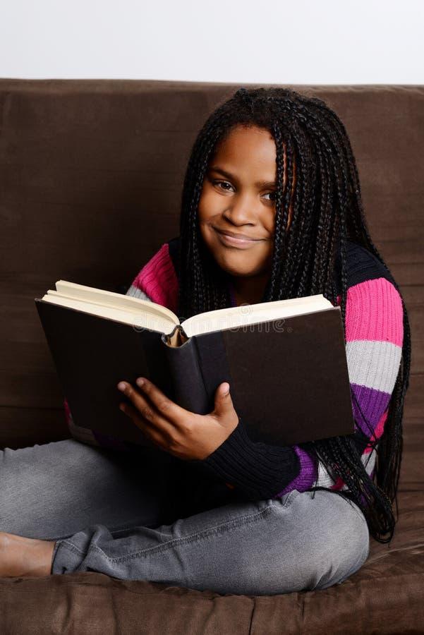 Szczęśliwy dziecko czyta książkę zdjęcie royalty free