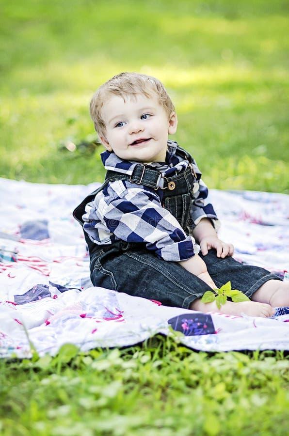 Szczęśliwy dziecko na koc fotografia stock
